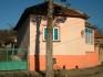 Къща с три спални ,хол + кухня вътрешна баня и тоалетна,намира се в центъра на село,на главния път...