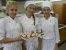 Работници в цех за торти и сандвичи в Чехия